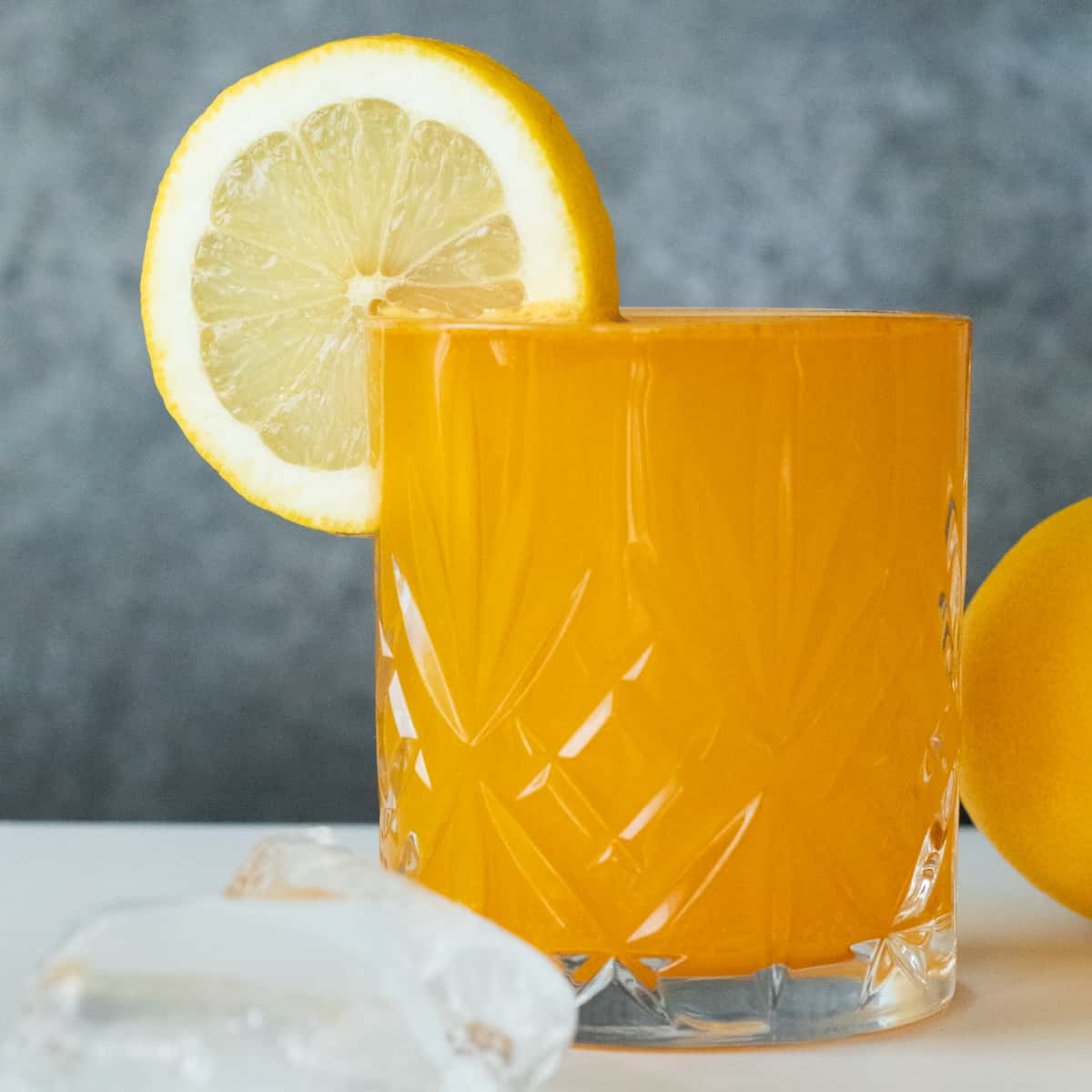 apple cider vinegar tonic decorated with a lemon slice